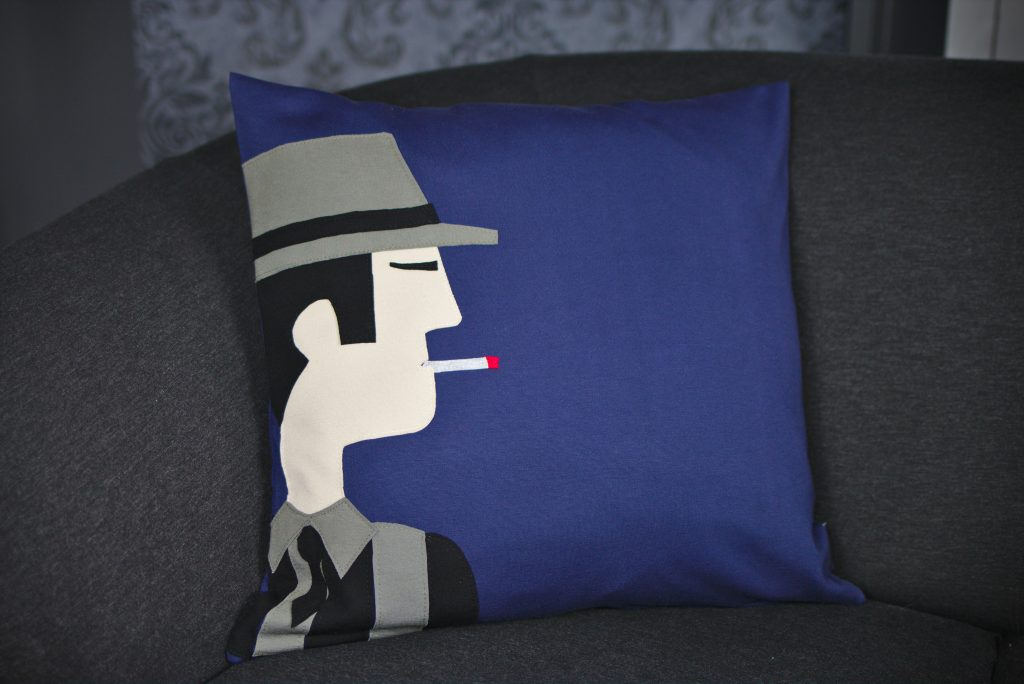"""Dekokissen / Zierkissen / Designkissen """"James"""" auf anthrazit-farbenem Sofa im Ambiente"""
