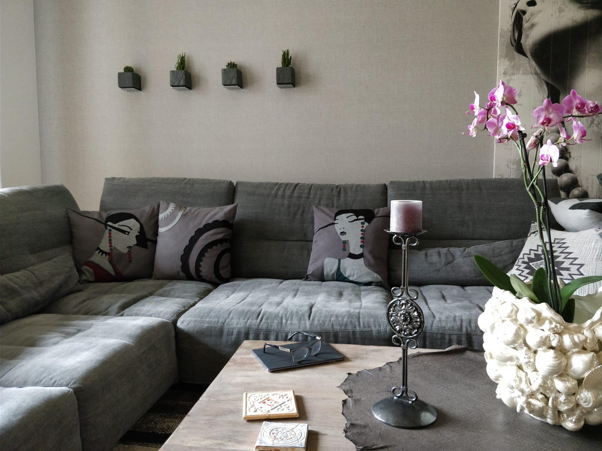 """Dekokissen / Zierkissen / Designkissen Set """"Cosma, Gear & Xenia"""" auf anthrazit-farbenem Sofa im Ambiente"""